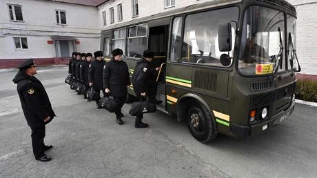 Wehrpflichtige werden mit dem Bus in ihre Kaserne gebracht (Symbolbild).