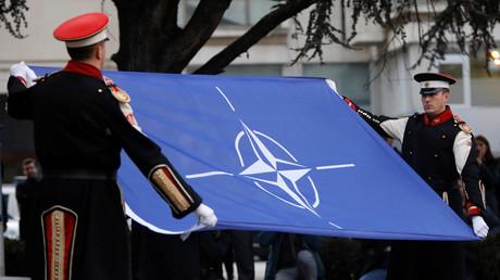 Angehörige der Ehrenformation hissen die NATO-Flagge vor dem nordmazedonischen Parlament, um die Ratifizierung des NATO-Beitritts zu feiern. (11. Februar 2020)