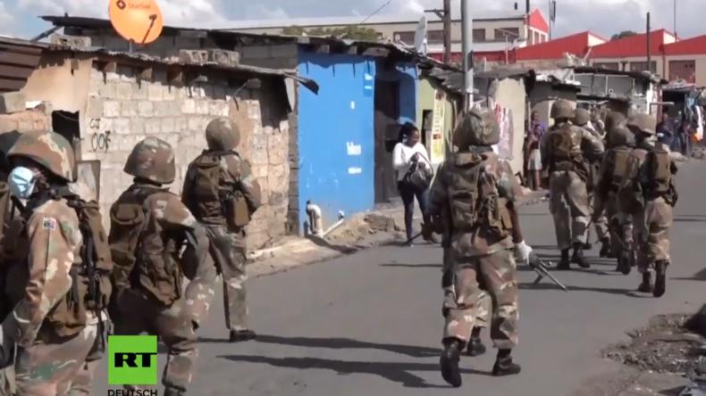 Tränengas, Schüsse und Schläge: Ausgangssperren in Afrika mit aller Härte durchgesetzt (Video)