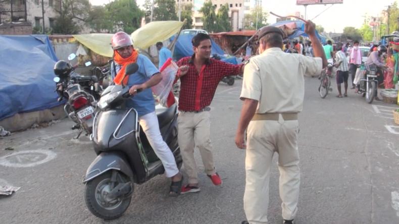 Indien: Polizist vertreibt Brecher von Corona-Regeln mit Stockhieben