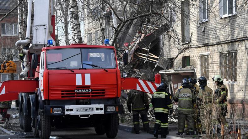 Nach Gasexplosion: Retterzieht Katze aus Trümmern – Augenzeugen berichten