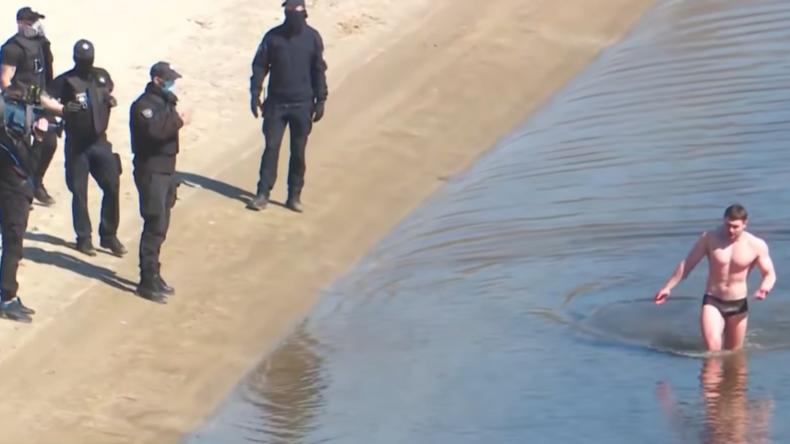 Sport gegen Corona: Ukrainischer Bodybuilder überquert Fluss auf dem Weg zum Trainingsplatz