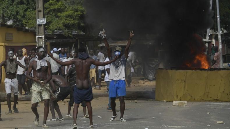 Aus Angst vor Ansteckung: Wütende Menge zerlegt Corona-Testzentrum in Elfenbeinküste