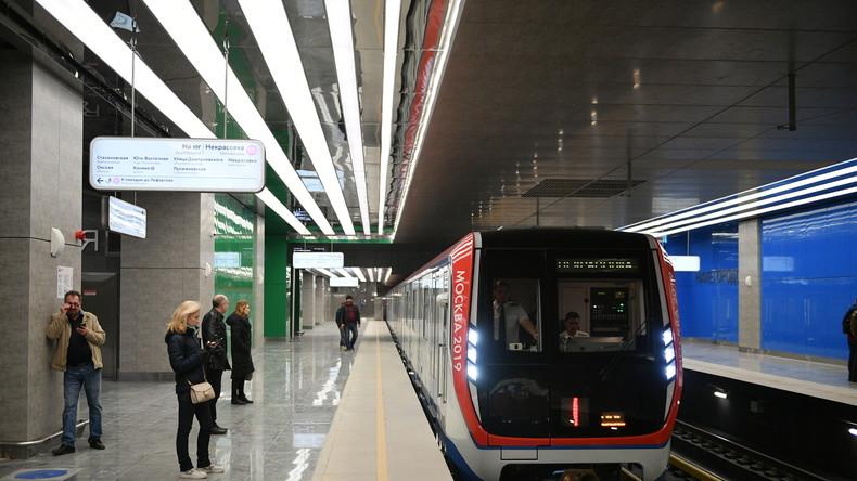 Moskau: Frau starrt auf ihr Handy und stürzt vor einfahrenden Zug auf Bahngleis