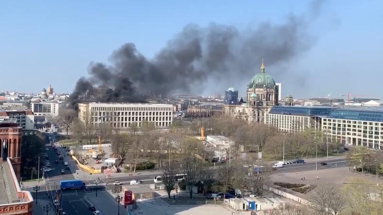 Berlin: Brand im Stadtschloss-Neubau nach Explosion