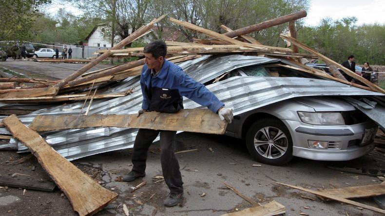 Kasachstan: Starker Wind bläst Dach von Mehrfamilienhaus