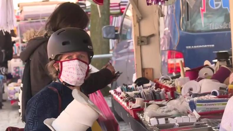 Deutschland: Marktkunden strömen trotz COVID-19-Ausbruch zum Berliner Straßenmarkt
