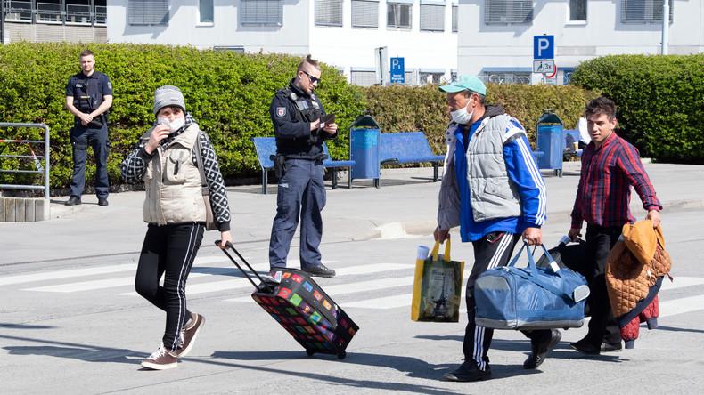 Eingeflogen für die Spargelernte: Erste Helfer aus Rumänien in Berlin-Schönefeld gelandet