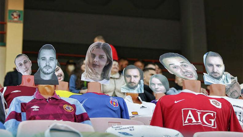 Fake Fans auf Tribüne: Puppen mit Gesichtern der Ticketkäufer verfolgen Fußballspiel in Weißrussland