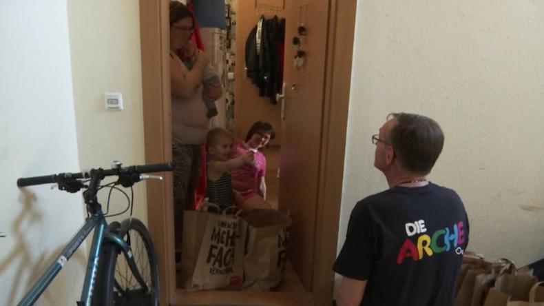Berlin: Arche besucht bedürftige Kinder zu Hause und bringt ihnen Ostergeschenke
