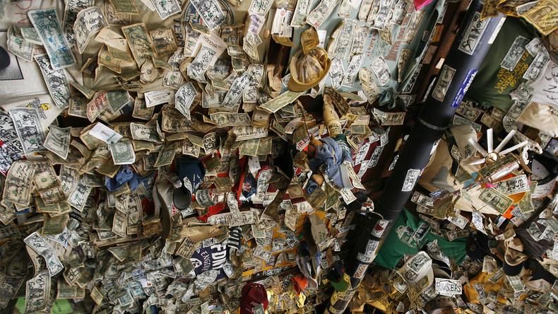 Bar entschädigt entlassene Mitarbeiter mit Geldschein-Wanddekor