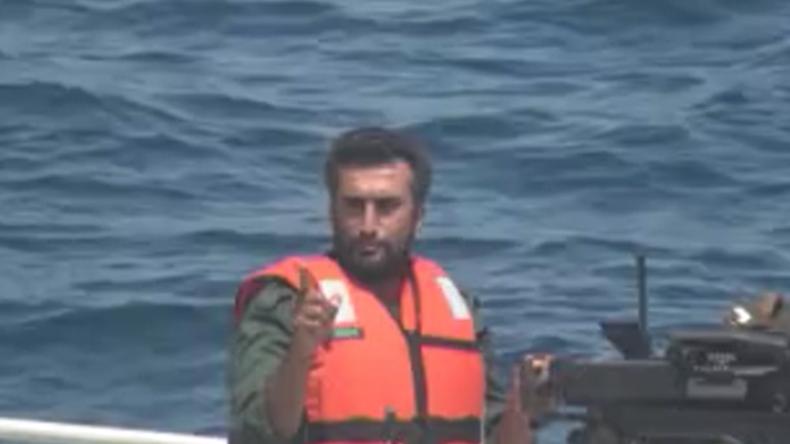 Iranische Revolutionsgarde nähert sich US-Kriegsflotte und zeigt warnend Zeigefinger