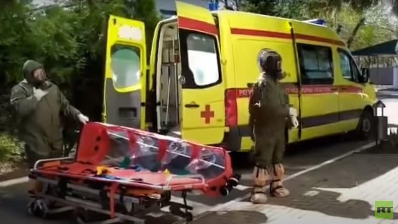 Internet schockiert: Weinendes Kind wird mit COVID-19-Verdacht in Krankenhaus eingeliefert