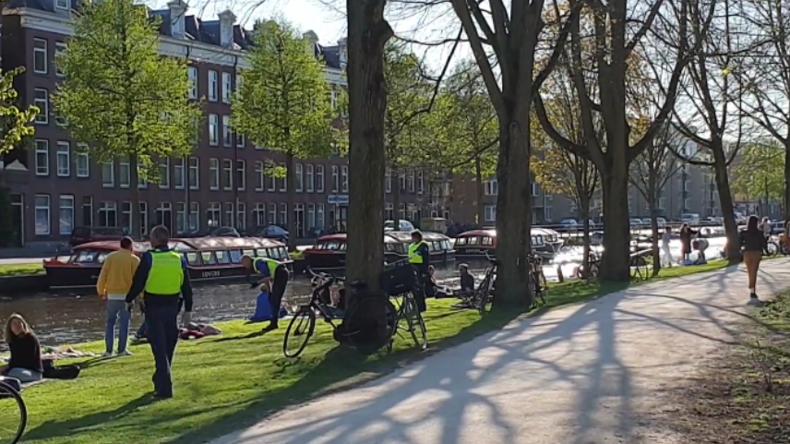 Amsterdam: Polizei verteilt 390-Euro-Strafzettel an Parkbesucher, die Abstandsregeln nicht einhalten