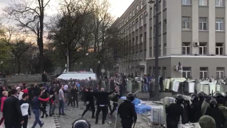 Russland: Protest gegen Corona-Regeln artet in Gewalt aus - Mit Flaschen und Steinen gegen Polizei