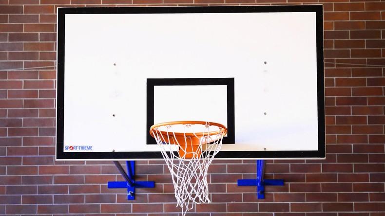 Einfach unverfehlbar: Tüftler bastelt Basketballbrett mit eingebauter Treffergarantie