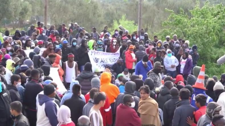 Griechenland: Migranten aus völlig überfülltem Moria-Lager protestieren für Verlegung