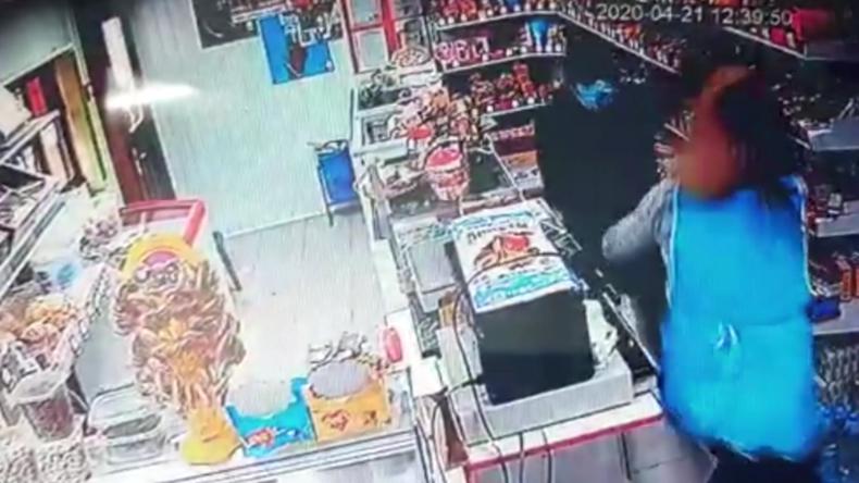 Russland: Räuber mit Schutzmaske startet brutalen Überfall – mutige Verkäuferin verjagt ihn