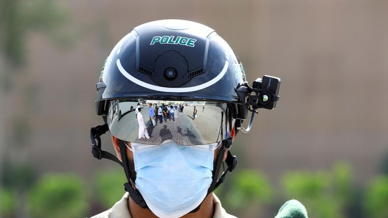 Wenn der Freund und Helfer Fieber misst: Polizisten in den VAE scannen Bürger per Helm