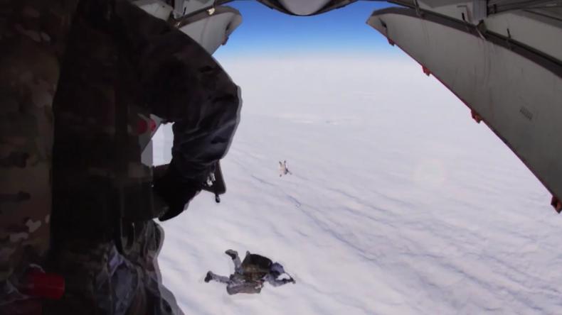 Russische Soldaten starten historischen Gruppensprung aus 10.000 Metern Höhe
