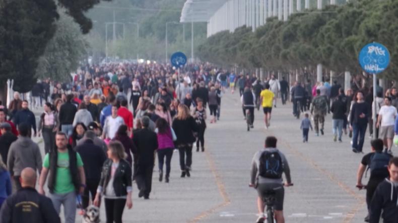 """Sommerwetter zieht Menschenmengen nach draußen: Bilder der """"Corona-Ignoranz"""" sorgen für Shitstorm"""