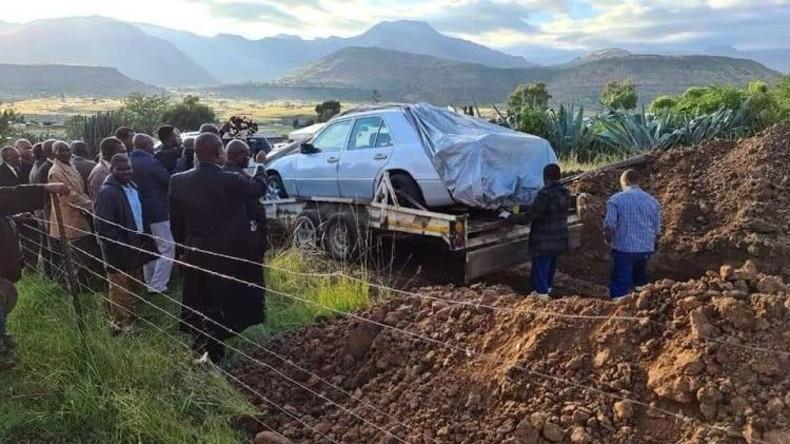 Einmal Mercedes – immer Mercedes: Südafrikanischer Politiker lässt sich in seinem Auto begraben