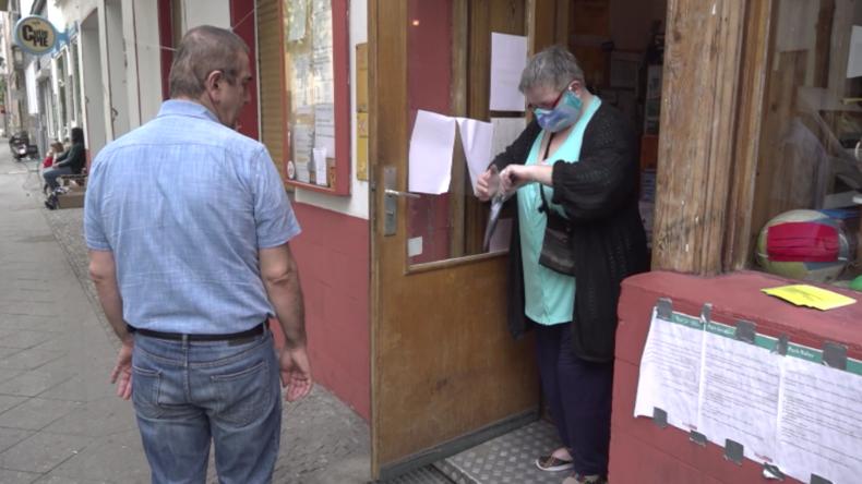 Berlin lässt kostenlose Schutzmasken an Bedürftige in Kreuzberg verteilen