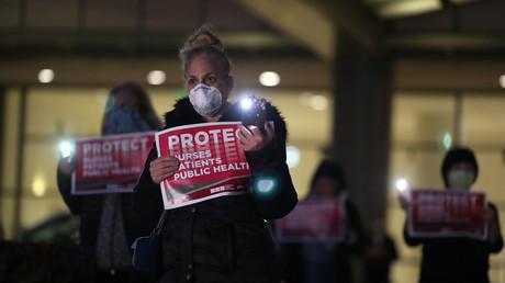Eine Krankenschwester nimmt an einer Proest-Mahnwache gegen fehlende Schutzausrüstung gegen das Coronavirus vor dem Ronald Reagan Medical Center in Los Angeles teil, 31. März, USA.