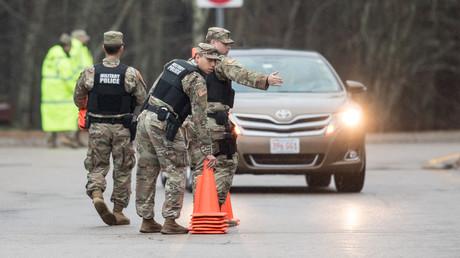 Militärpolizisten errichten am 29. März eine Straßenkontrolle an der Grenze zwischen den US-Bundesstaaten Rhode Island und Connecticut.