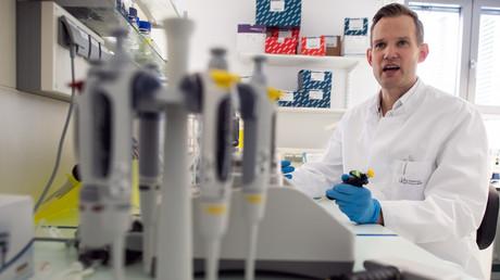 Professor Hendrik Streeck, Direktor des Instituts für Virologie am Universitätsklinikum Bonn, in einem der Labore seines Instituts.