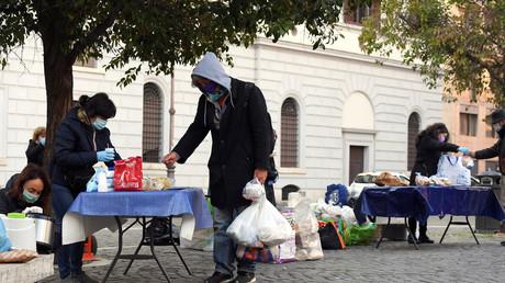 Helfer verteilen kostenlose Frühstücke an Bedürftige in Rom. (2. April 2020)
