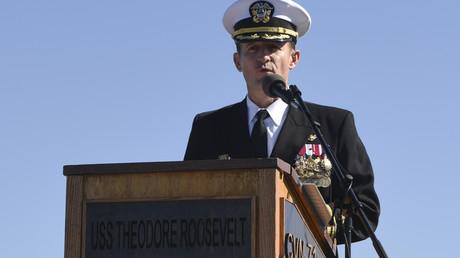 Kapitän Brett Crozier bei der Übernahmezeremonie des Kommandos auf dem Flugzeugträger USS Theodore Roosevelt am 01.11.19 in San Diego/USA.