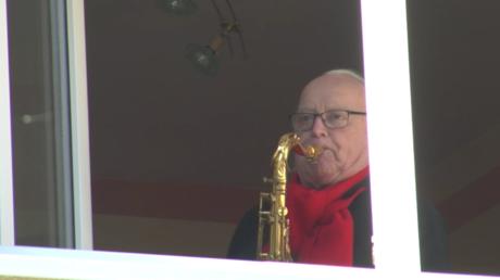 Corona-Blues: Bayerischer Rentner spielt für gelangweilte Nachbarschaft täglich Saxofon