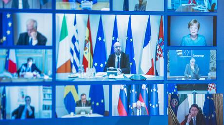 Der italienische Premierminister Giuseppe Conte (unten rechts), der Präsident des Europäischen Rates Charles Michel (Mitte), die deutsche Bundeskanzlerin Angela Merkel (oben rechts) und andere europäische Staats- und Regierungschefs während einer Videokonferenz am 26. März 2020.