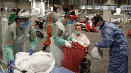 Ärzte und Krankenschwestern kümmern sich um Patienten in einem temporären Krankenhaus für COVID-19-Kranke, das Ende März in einem Kongress- und Messezentrum in Madrid eröffnet wurde.