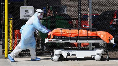 Donald Trump schwört USA wegen Corona-Toten auf harte Zeiten ein. Auf dem Bild: Ein Krankenhausmitarbeiter befördert eine Leiche zu einem Kühlwagen in Brooklyn, 2. April 2020