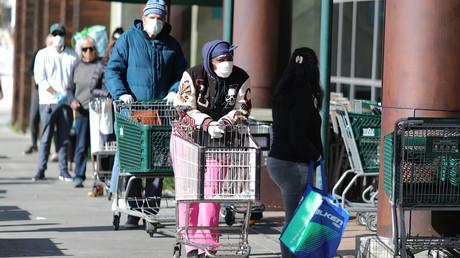 Menschen stehen Schlange vor einem Lebensmittelladen in Santa Monica, nachdem im US-Bundesstaat Kalifornien aufgrund der Coronavirus-Ausbreitung eine Ausgangssperre verhängt wurde