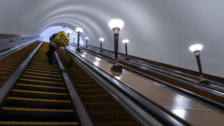 Ein Lebensmittelkurier auf einer leeren U-Bahn-Rolltreppe in Moskau