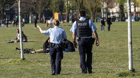 Im ganzen Land – wie hier im Rheinpark in Düsseldorf – überwachten Polizeistreifen die Einhaltung des Distanzgebotes. Ob die restriktiven Maßnahmen gegen das Coronavirus erfolgreich sind, sollte sich im Lauf der Woche zeigen.
