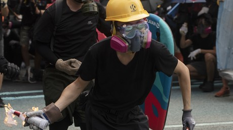 Gesamtschaden durch Massenkrawalle in Hongkong beziffert (Archivbild Hongkong, 29. September 2019: Demonstrant wirft einen Molotow-Cocktail)