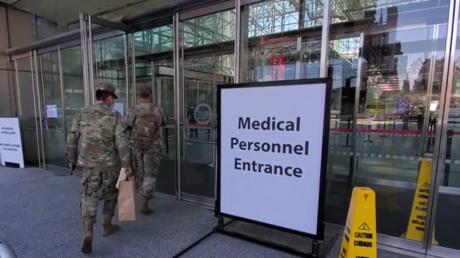 Armeeangehörige melden sich zum Dienst in einem Spital in New York