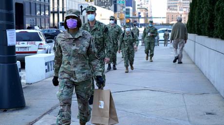 Mussten sich noch keine T-Shirts zurechtschneiden: Maskentragende US-Soldaten in New York.