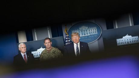 US-Medien besorgt – Trump dementiert. Washington, DC, 05.04.2020: US-Präsident Donald Trump, Vizepräsident Mike Pence und Konteradmiral John Polowczyk, Leiter der Logistik-Taskforce der FEMA, bei einer Pressekonferenz der Arbeitsgruppe Coronavirus