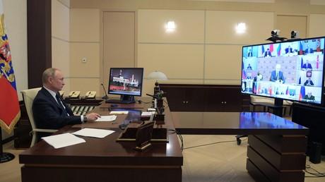 8. April 2020: Präsident Wladimir Putin leitet eine Videokonferenz mit Mitgliedern der  Regierung und Vertretern der Regionen