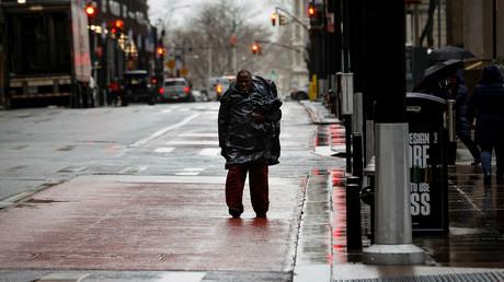 Ein Mann auf dem fast leeren Broadway im Finanzbezirk von New York City, New York, USA, am 23. März 2020.