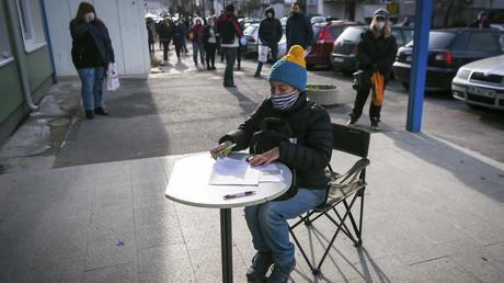 Eine Frau unterzeichnet am 6. April vor dem Büro des Arbeitsamts in der bulgarischen Hauptstadt Sofia einen Antrag auf Arbeitslosengeld.