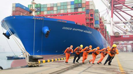 Ein Containerschiff im Hafen von Qingdao, Provinz Shandong, China