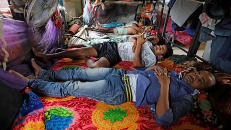 Tagelöhner halten sich in ihren Unterkünften auf einer Baustelle in Neu-Delhi auf. In Indien wurden alle öffentlichen Tätigkeiten im Rahmen einer 21-tägigen landesweiten Ausgangssperre zur Eindämmung des Coronavirus eingestellt.