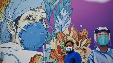 Wandbild vor dem im Januar gebauten Leishenshan-Notkrankenhaus in Wuhan (Bild vom 11. April).