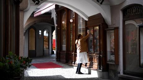 Das letzte Fenster wird in einer Einkaufspassage in Salzburg geputzt, bevor die ersten Kunden kommen (Bild vom 14. April).